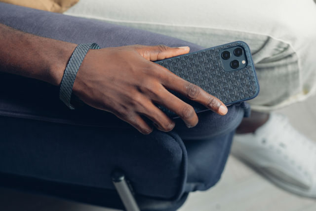 Funda Moshi Altra para iPhone 12 Pro Max con correa de mano desenganchable