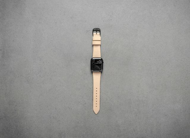 Correa de piel Nomad para Apple Watch 38/40 mm con detalles en color negro.