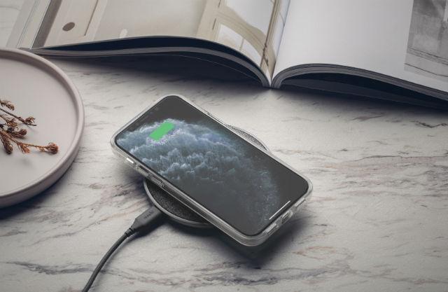 La funda Moshi Vitros iPhone 12 / Pro es compatible con carga inalámbrica